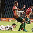 Jogadores do Sampaio saem pro jogo enquanto Baumjohann fica no chão