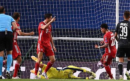 Gnabry e Lewandowski comemoram um dos gols da vitória do Bayern