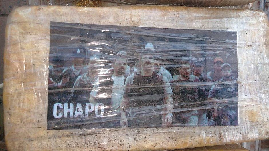 Tablete de pasta base de cocaína embalado com imagens da série da Netflix El Chapo