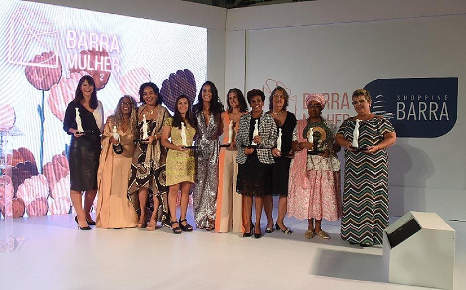 Todas as nove premiadas do Barra Mulher 2020, além da mestre de cerimônia Ju Moraes, de vestido prateado