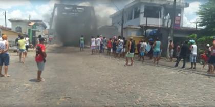 Recôncavo: população põe fogo em entrada de ponte após jovem ser morto pela polícia