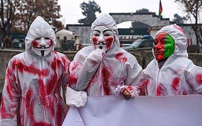 Militantes afegãos protestam pelo fim do derramamento de sangue dos civis em frente à  embaixada paquistanesa em Cabul.