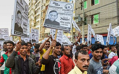 Partidários da Liga Awami de Bangladesh marcham nas ruas em campanha eleitoral em Dhaka.