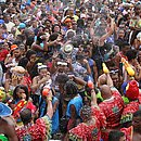 Muquiranas molham mulher durante desfile do bloco no Campo Grande