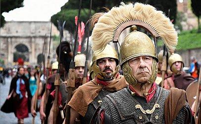Homens vestidos como legionários comemoram o aniversário da Fundação de Roma em 753 A.C.