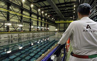 Piscina de combustível nuclear na fábrica de La Hague, planta do grupo francês Areva em Beaumont-Hague, oeste da França. As piscinas refrescam os resíduos nucleares prestes a saturação.