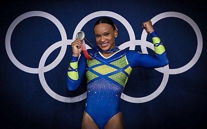 Rebeca Andrade comemora a medalha do individual geral