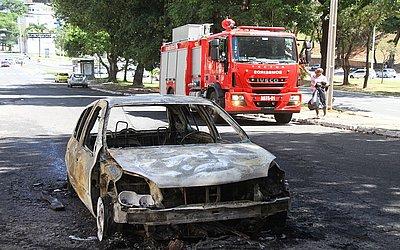 Após um serviço nos bicos, veículo Clio voltava da oficina quando pegou fogo.