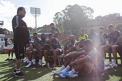 Guto Ferreira conversa com jogadores do Ceará durante treino no Barradão