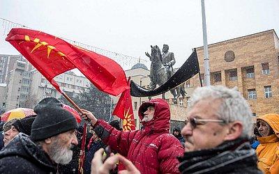 Manifestante com a velha bandeira da Macedônia durante um protesto contra um processo de renomear o país em frente ao Parlamento em Skopje.