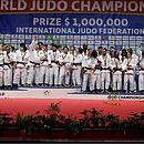Da esquerda para a direita, seleções de Brasil, Japão, França e Coreia do Sul no pódio por equipes mistas