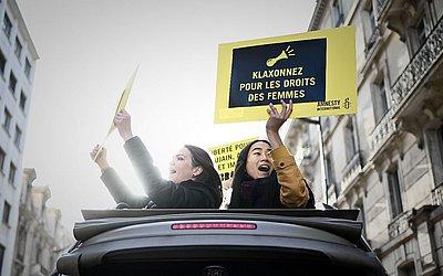 Ativistas dos direitos da mulher pedem buzinaço para a causa em frente à Embaixada da Arábia Saudita em Paris.
