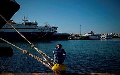 A greve dos ferries gregos, proposta inicialmente para 24 horas, se estendeu ainda hj deixando vazio o porto de Pireu, deixando milhares de viajantes sem transporte entre as diversas ilhas.