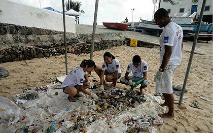 Voluntários e participantes do Projeto fazem a classificação do lixo encontrado para conhecer o impacto que os hábitos de descarte incorreto têm para a fauna marinha