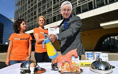 Ativistas da Ong Foodwatch, um deles usando uma máscara do Presidente da Comissão Europeia Jean-Claude Juncker,protesta em frente à Comissão Europeia sobre os escândalos da indústria alimentícia.