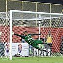Lucas Arcanjo se esticou, mas não conseguiu evitar o gol de falta que deu os três pontos ao Bahia