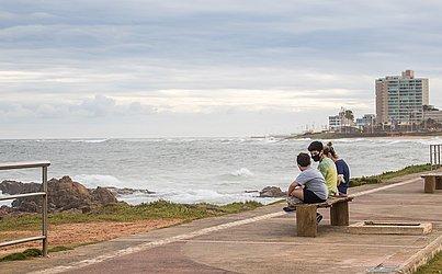 De máscara, pessoas aproveitaram para relaxar em frente ao mar.