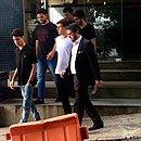 Testemunhas deixam delegacia após depoimentos acompanhadas de advogado