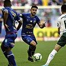 João Pedro tenta o drible no duelo com o Palmeiras