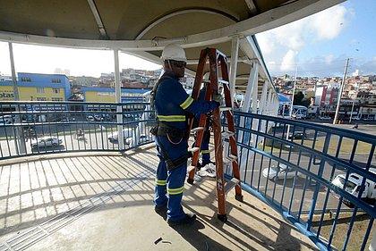 Vândalos danificam passarela em Pernambués e causam prejuízo de R$ 130 mil