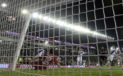 Jose Sand marca o primeiro gol do Lanús contra o River Plate