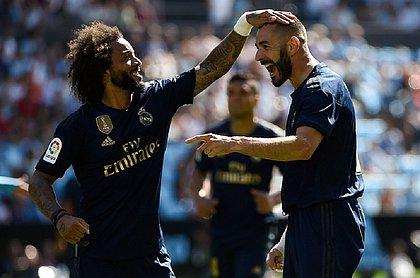 Marcelo comemora com Benzema, autor do primeiro gol do Real na partida