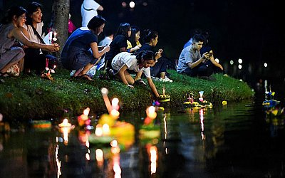 Moradores de Banguecoque colocam 'krathongs', oferendas em forma de lótus, em um lago para comemorar o Festival Loi Krathong, quando se reverencia os espíritos da água.