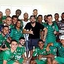 Diego Costa posa com atletas do Lagarto durante folga