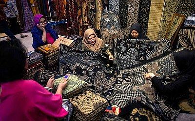 Exposição de batik, técnica de estampar tecidos com pigmentos resistentes à cera, em Surabaya, na ilha de Java.