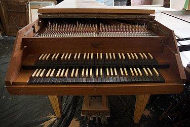 Cravo Neupert de dois manuais e cinco registros – Provavelmente pertenceu ao Instituto de Música da Universidade Católica do Salvador