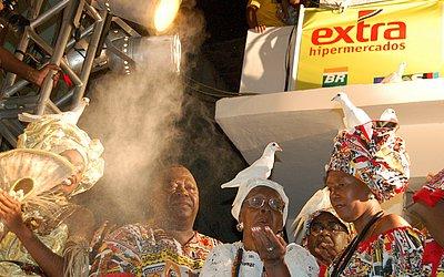 Mãe Hilda (centro) na cerimônia na saída do Ilê