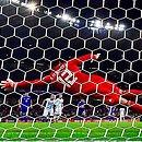 Messi bate pênalti longe do alcance de Gatito