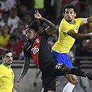 Marquinhos e Fagner reclamam do gramado do LA Memorial Coliseum, palco do jogo contra o Peru