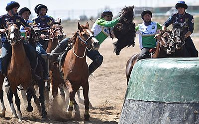 Competição de Buzkashi, também conhecido como Kok-Boru ou Oglak Tartis durante Campeonato Mundial dos Jogos Nômades 2018 em Sara-Ata, Kirguistão Oriental.