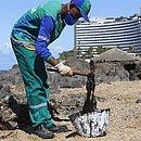 Agente de limpeza recolhe material na praia de Ondina, em Salvador, nesta quinta