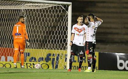 Léo Ceará comemora os dois gols e vitória sobre o Paraná: 'Feliz'