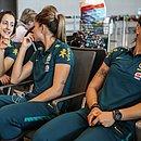 Luana, Érika e Aline Reis no embarque da seleção feminina
