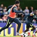 Neymar conduz bola durante o treinamento da Seleção