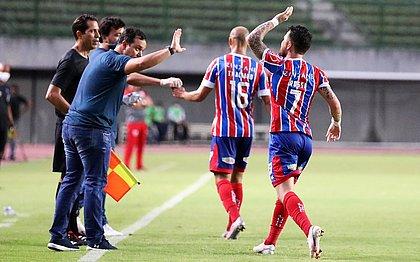 Dado Cavalcanti cumprimenta Rossi, autor de um dos gols do Bahia contra o CRB