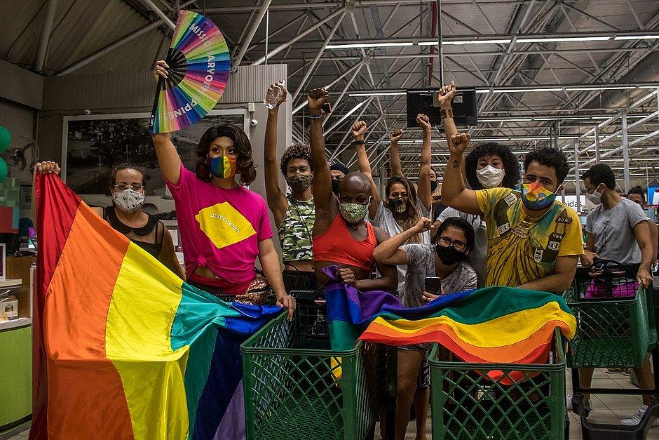 De shortinhos, manifestantes protestam contra homofobia em mercado de Itapuã