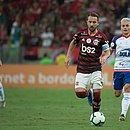 Artur (ao fundo) acompanha Éverton Ribeiro em jogo do Bahia contra o Flamengo