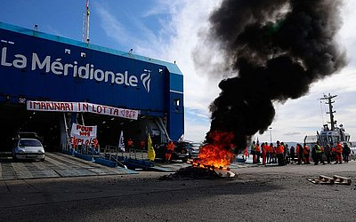Funcionários do Ferry de la Meridionale estão em greve a dois dias e protestam em frente à balsa Girolata na porta de Ajaccio, na ilha mediterrânea francesa da Córsega.