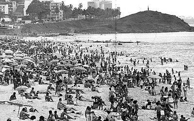 Praia da Barra lotada, em janeiro de 1991
