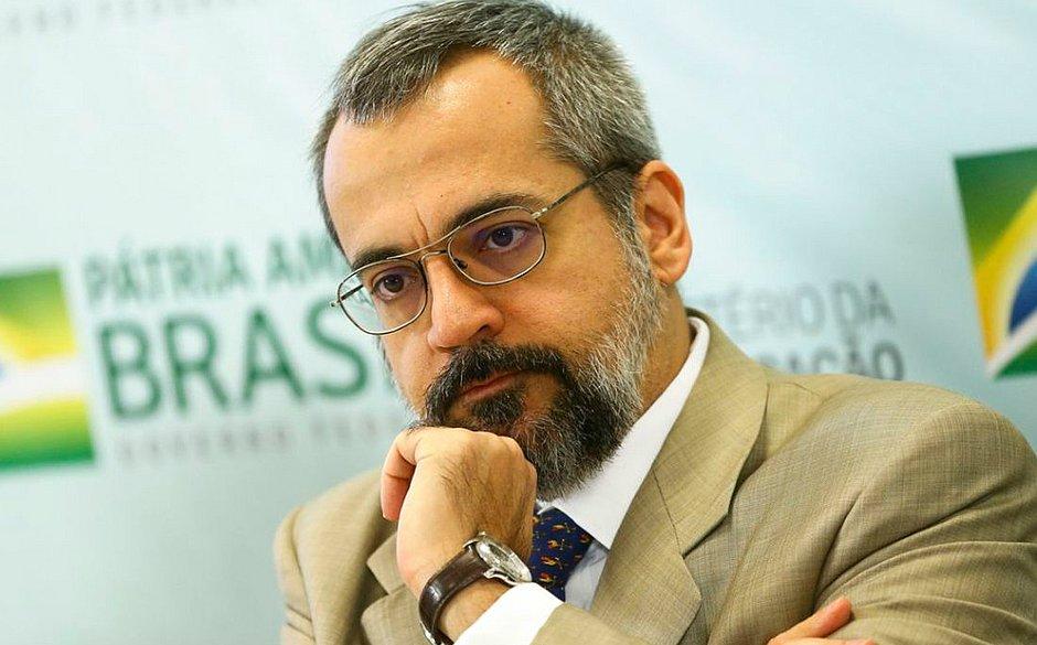 Ministro da Educação, Abraham Weintraub 'surta' no Twitter e agride internautas