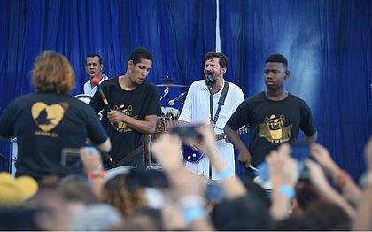 Saulo canta com jovens portadores de deficiência no Festival Acessarte