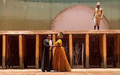 Lídia de Oxum (Irma Ferreira) vive um triângulo amoroso com Lourenço (Rafael Siano)