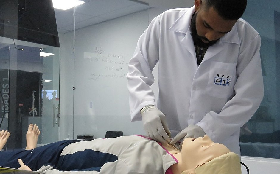 Aluno de Saúde no laboratório hiper-realista: preparação mais segura e assertiva