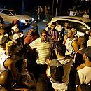 Guto Ferreira conversa com torcedores na saída do Fazendão