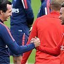Neymar cumprimenta o técnico Unai Emery