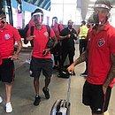 No aeroporto de Salvador, elenco do Vitória embarca rumo a Florianópolis